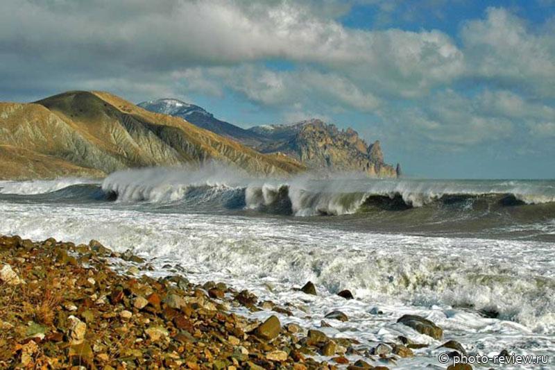 Неспокойное море на фоне вулкана
