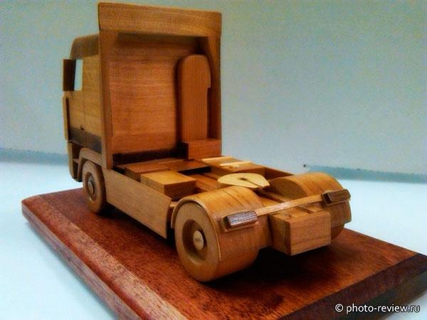 модель грузовика из дерева