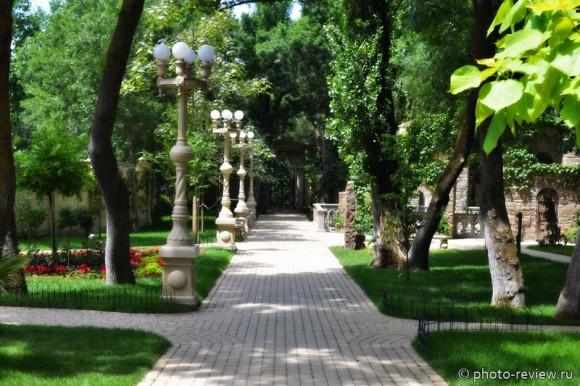 аллея в старом парке