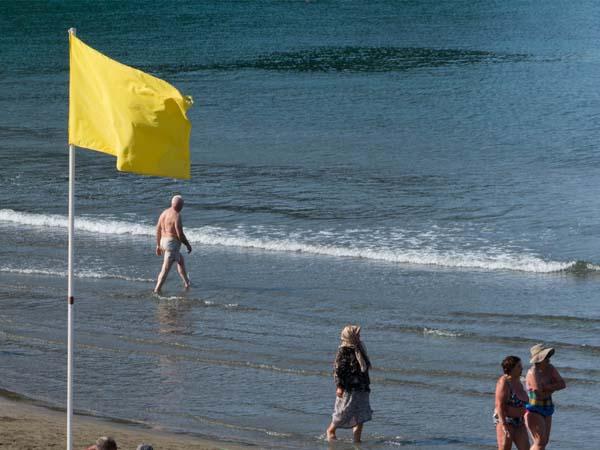 желтый флаг на пляже России